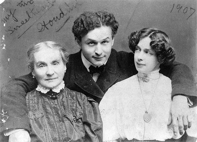 Гарри Гудини с матерью Сесильей и женой Бесс