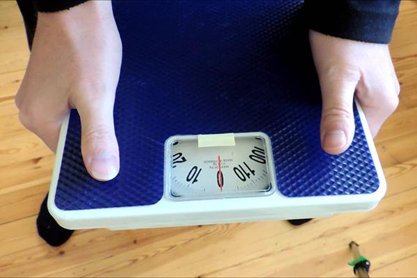 Измерение хватки напольными весами
